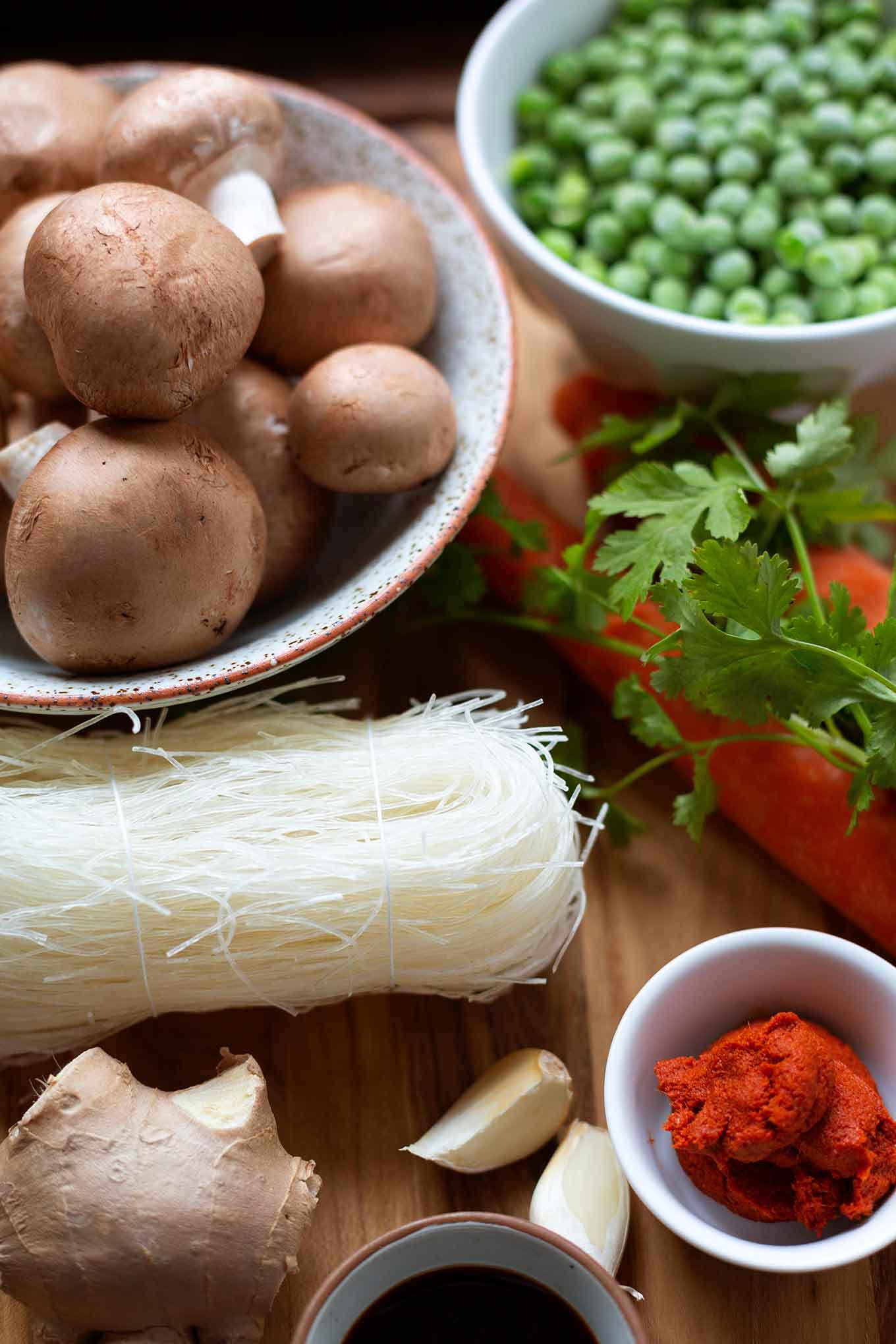 Vegetarische Thai-Gemüsesuppe mit Kokosmilch. Super lecker, einfach und in nur 20 Minuten fertig. Mit viel Gemüse, scharfer Currypaste und leckerem Koriander gibt's hier echtes Soulfood für Genießer. – Kochkarussell Foodblog #thaisuppe #winterrezept #curry #gemüsesuppe