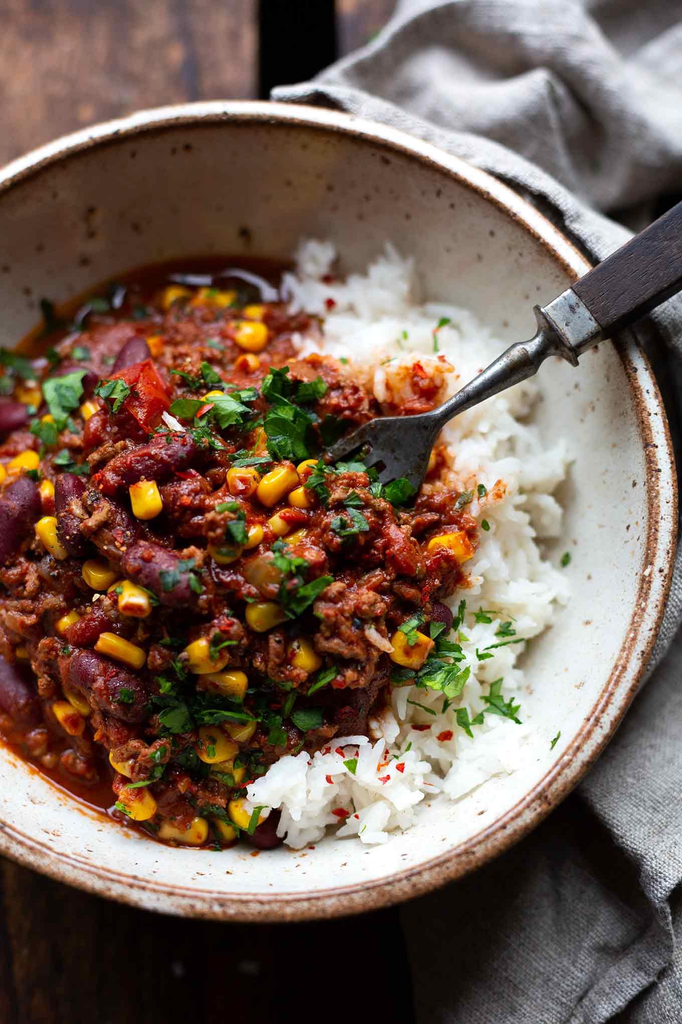 Einfaches Chili con Carne mit Schokolade. 20+ schnelle und gesunde Vorratsrezepte. Für alle Rezepte braucht ihr nur Zutaten aus Kühkschrank und Vorratskammer - Kochkarussell Foodblog #vorratsrezepte #vorrat #mealprep
