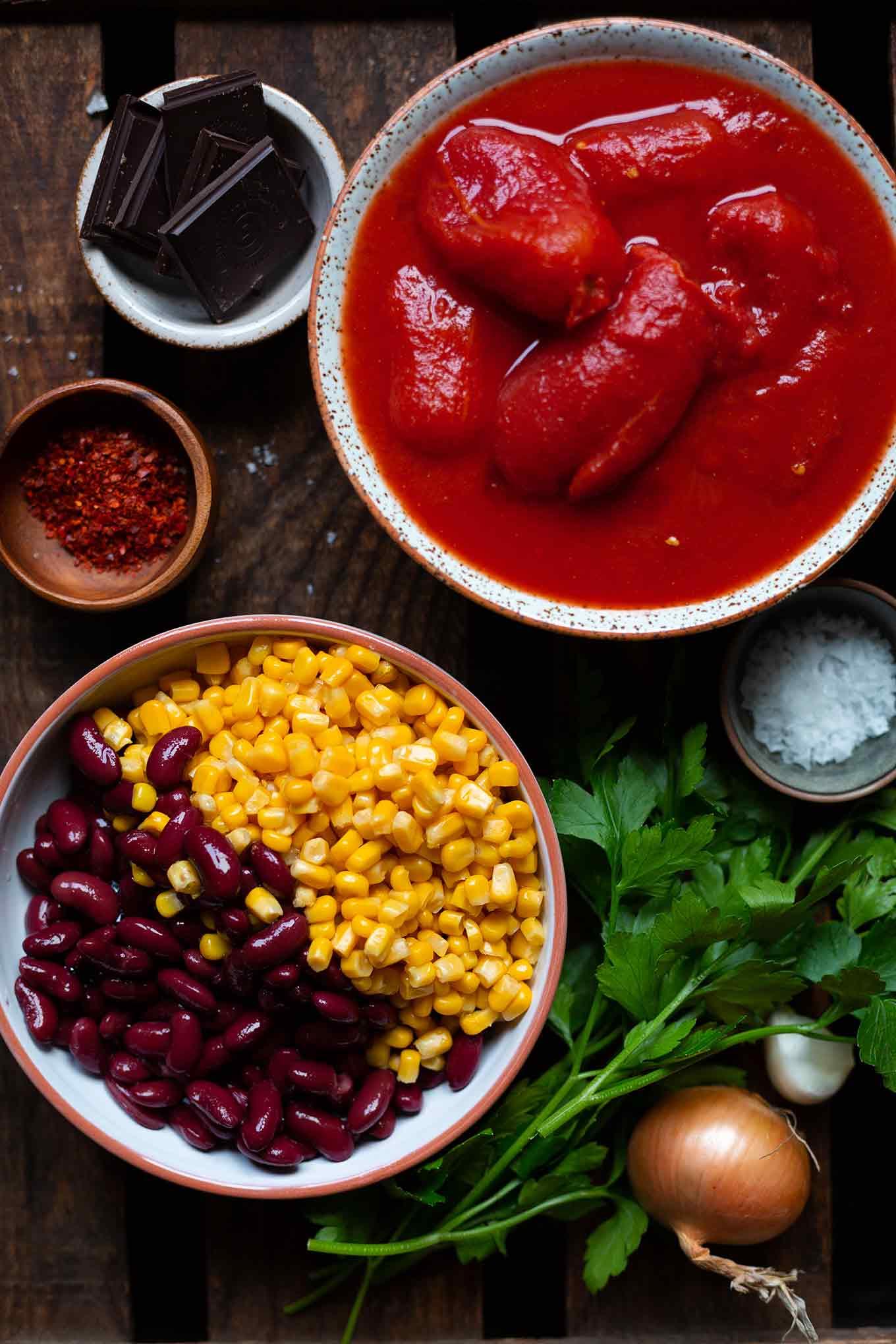 Einfaches Chili con Carne mit Schokolade. Mit ordentlich Chili, fruchtigen Tomaten und dem Extra-Kick Schokolade – super einfach, schnell zubereitet und so lecker! - Kochkarussell Foodblog #chili #schokolade #schnell #soulfood