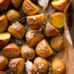Einfache Rosmarinkartoffeln aus dem Ofen. Super knusprig, nur 5 Minuten Vorbereitungszeit und mit Knoblauch und Olivenöl so unfassbar lecker – die ultimative Beilage für eure Gäste. - Kochkarussell Foodblog #ofenkartoffeln #ofengericht #schnell #einfach