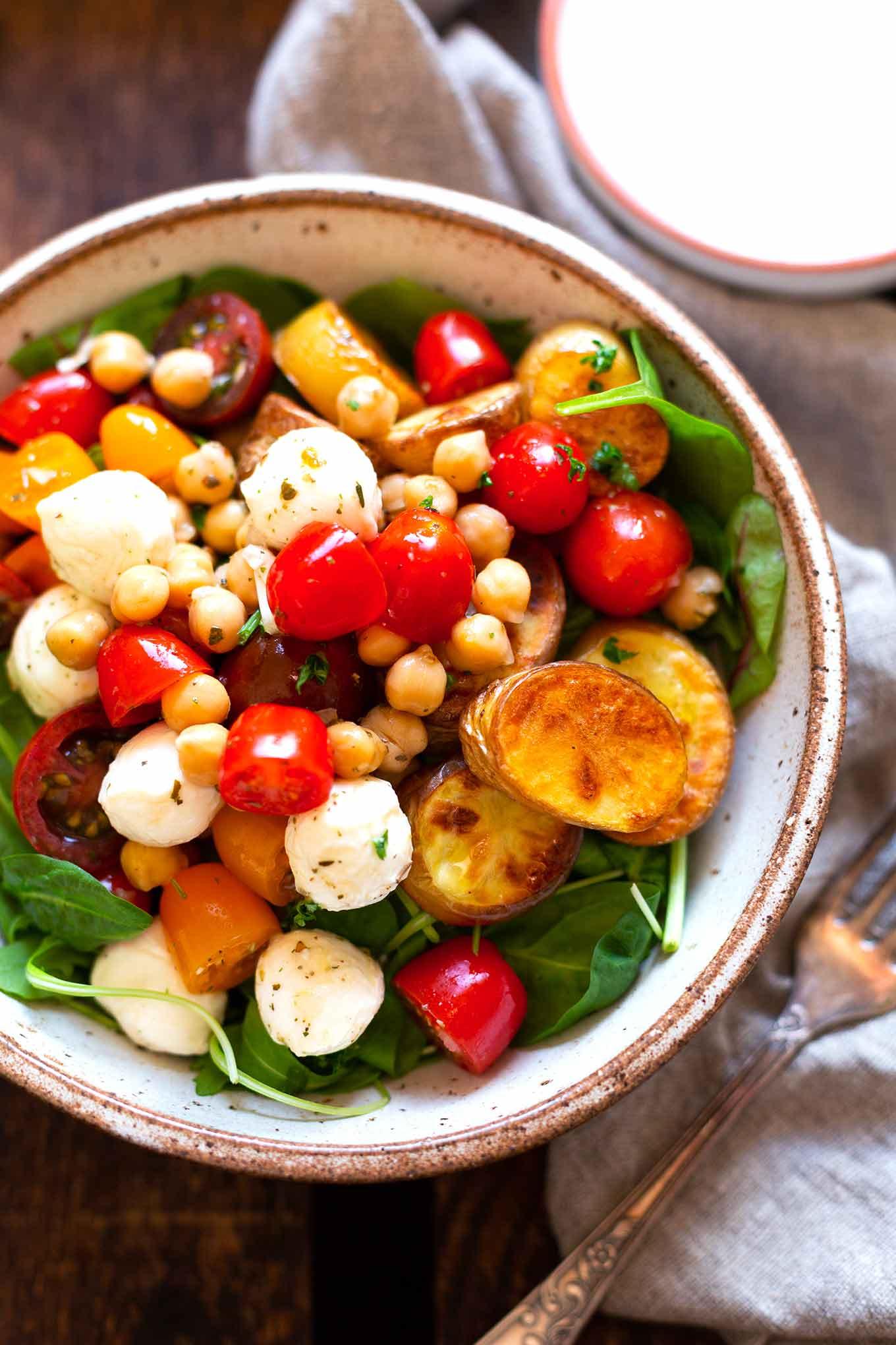 Kartoffel Kichererbsen Power Bowl mit bunten Tomaten. Dieses schnelle, gesunde Rezept ist super lecker und Meal Prep-geeignet! Kochkarussell Foodblog #mealprep #powerbowl #kochkarussell