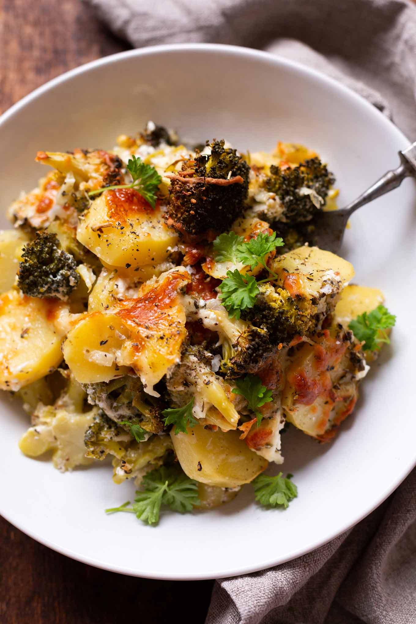 Kartoffel-Brokkoli-Auflauf mit Feta ist ein einfaches 10-Zutaten Rezept aus dem Ofen. Absolutes Soulfood und schnell gemacht! Kochkarussell #kartoffelbrokkoliauflauf #auflauf #mealprep