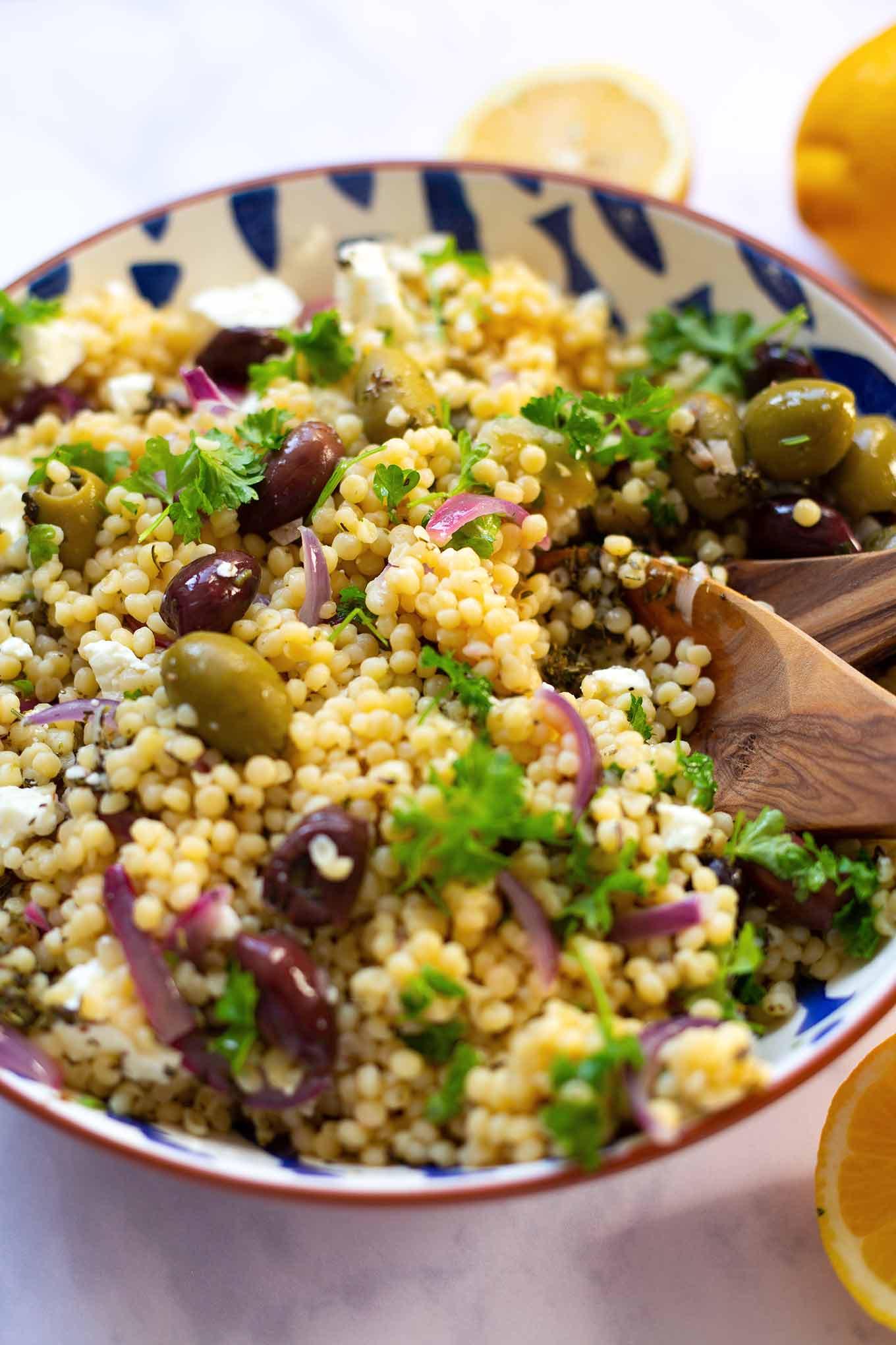 15-Minuten Nudeln mit Zitrone, Feta und Oliven. Super einfach, herzhaft und nur aus Vorratszutaten, unbedingt probieren! Kochkarussell Foodblog #nudeln #15minutenrezept #kochkarussell