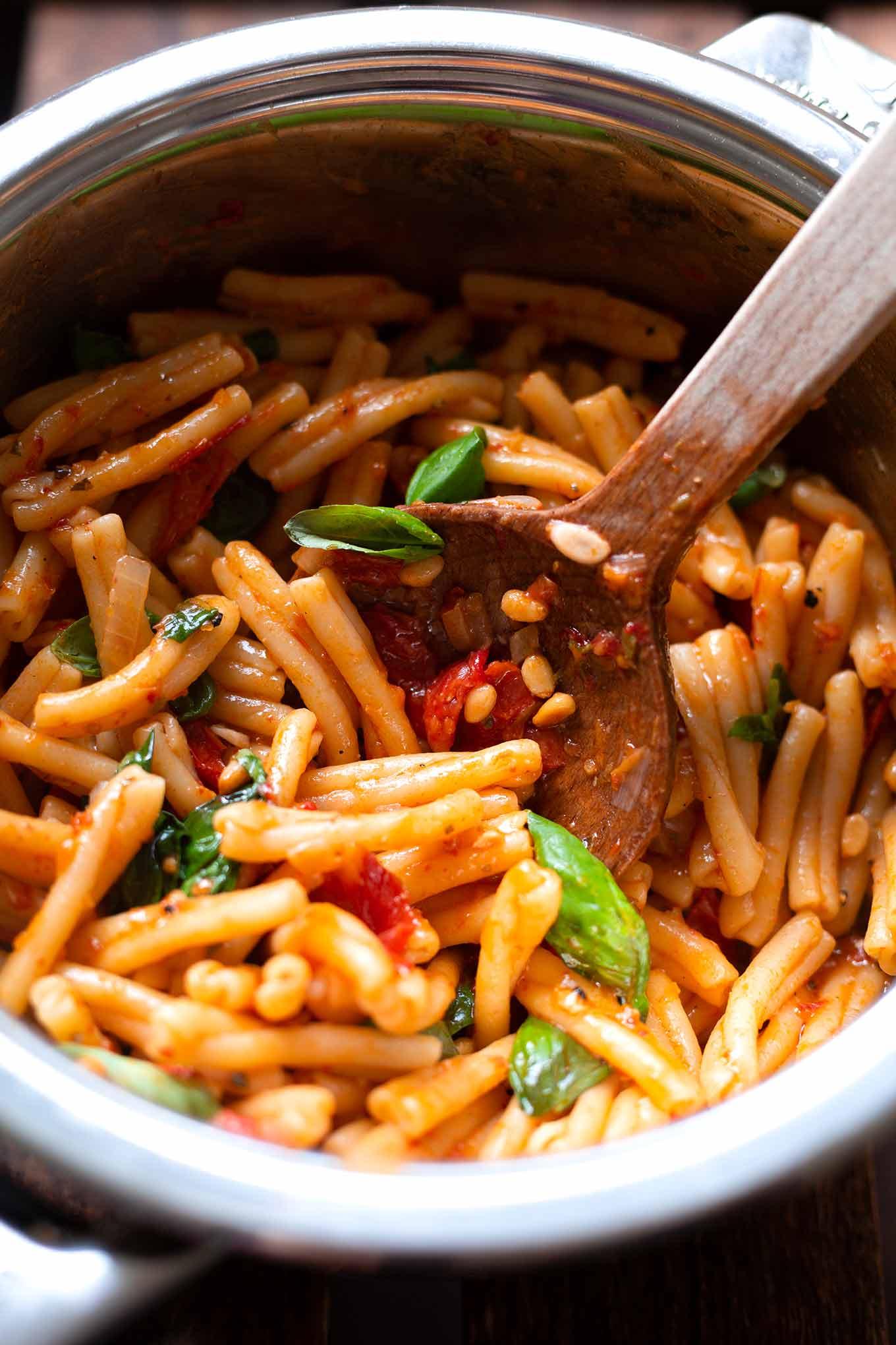 One Pot Pasta mit Pesto und getrockneten Tomaten. Dieses schnelle One Pot Rezept aus Vorratszutaten ist SO gut! - Kochkarussell Foodblog #onepotpasta #onepotrezept #kochkarussell