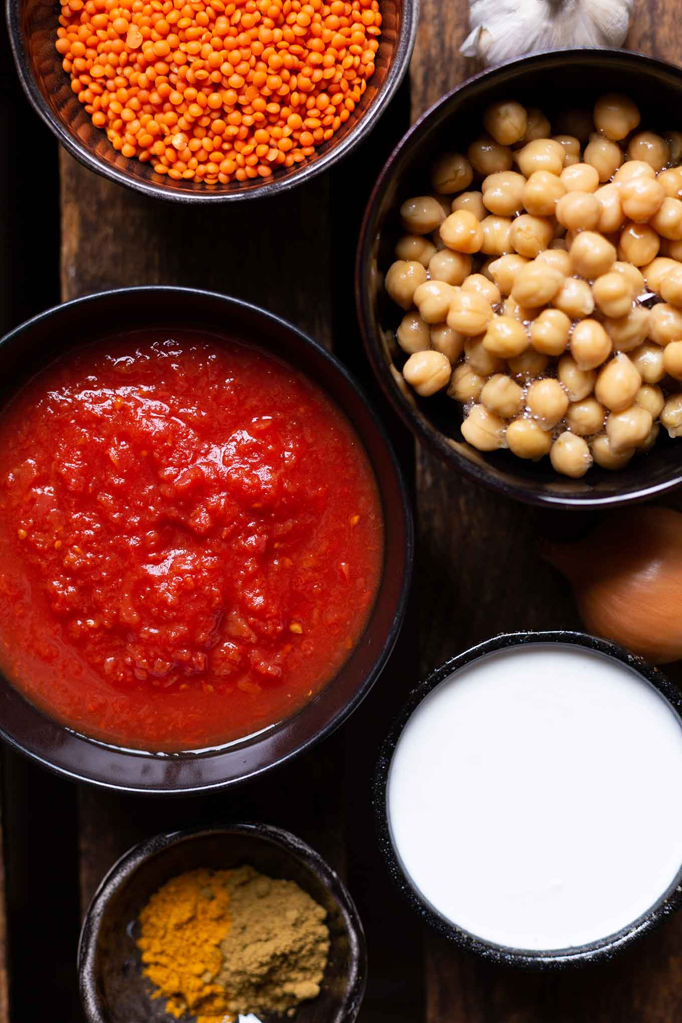 Zutaten für einfaches Vorratsschrank-Curry. Für dieses schnelle Rezept braucht ihr nur 5 Zutaten und 10 Min Vorbereitungszeit, unbedingt probieren! - Kochkarussell Foodblog #vorratsrezept #vorrat #curry