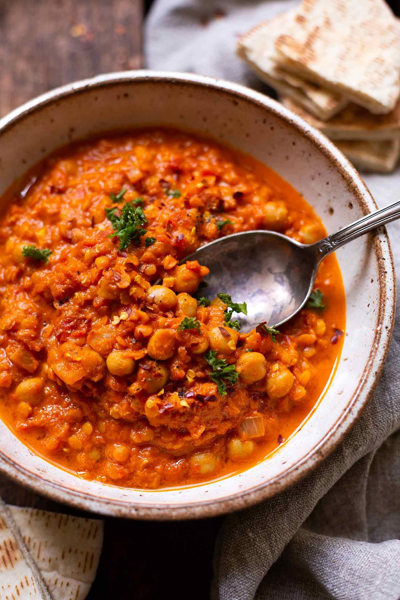 Einfaches Vorratsschrank-Curry. Für dieses schnelle Rezept braucht ihr nur 5 Zutaten und 10 Min Vorbereitungszeit, unbedingt probieren! - Kochkarussell Foodblog #vorratsrezept #vorrat #curry