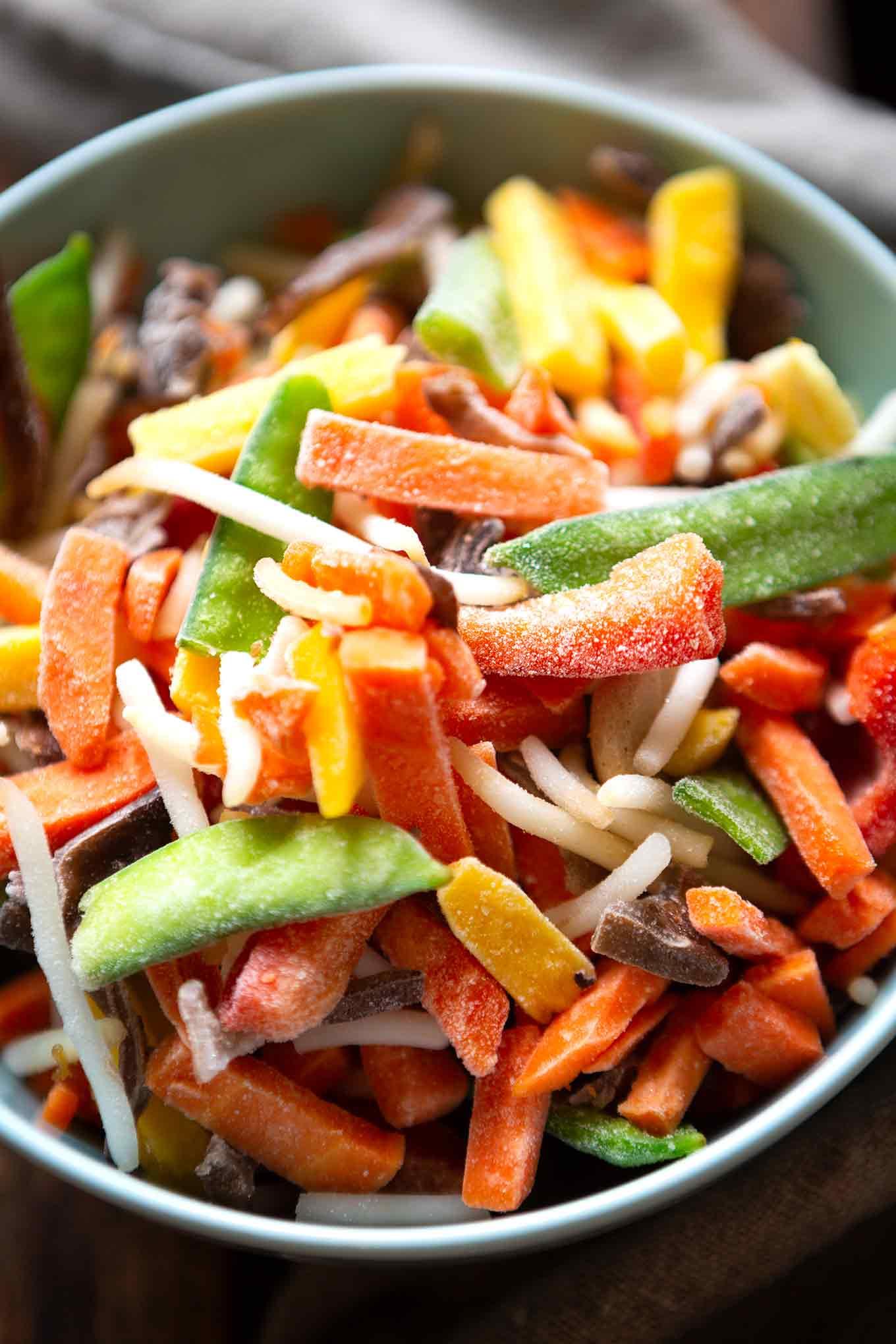 Schnelle Asia-Nudelpfanne mit Gemüse. Dieses einfache Rezept ist super für Meal Prep geeignet und besteht nur aus fünf Zutaten. - Kochkarussell Foodblog #mealprep #asiarezept #feierabendküche #kochkarussell