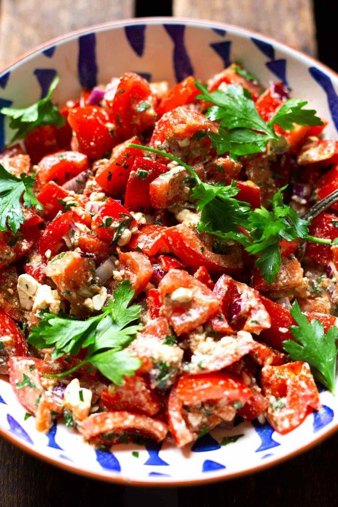 Einfacher Tomatensalat mit Paprika und Feta: 15 schnelle und einfache Low Carb Rezepte für einen leichten Start ins Jahr. Kochkarussell - dein Foodblog für schnelle und einfache Feierabendküche. #lowcarb #schnellundleicht #feierabendküche #kochkarussell