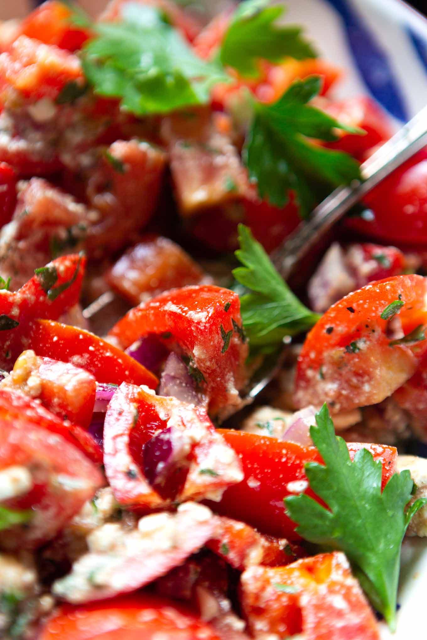 Tomatensalat mit Feta und Paprika. Dieser schnelle Sommersalat ist perfekt für Familien und Kinder und geht immer! - Kochkarussell Foodblog #tomatensalat #sommersalat #salat