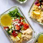 Hummus-Orzo-MealPrep-Salat. Dieses leckere Meal Prep Rezept ist leicht, lecker, ein perfektes Sommerrezept und einfach schnell gekocht - Kochkarussell Foodblog #mealprep #orzo #hummus #salatrezept #kochkarussell