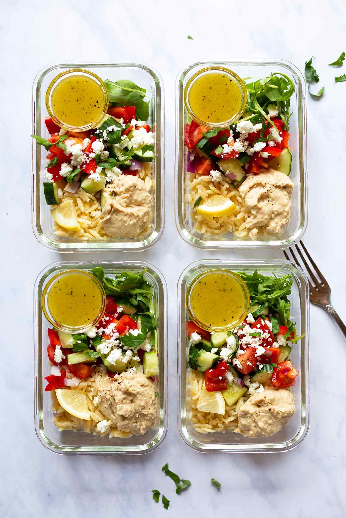 Hummus-Orzo-Meal Prep-Salat. Dieses leckere Meal Prep Rezept ist leicht, lecker, ein perfektes Sommerrezept und einfach schnell gekocht - Kochkarussell Foodblog #mealprep #orzo #hummus #salatrezept #kochkarussell