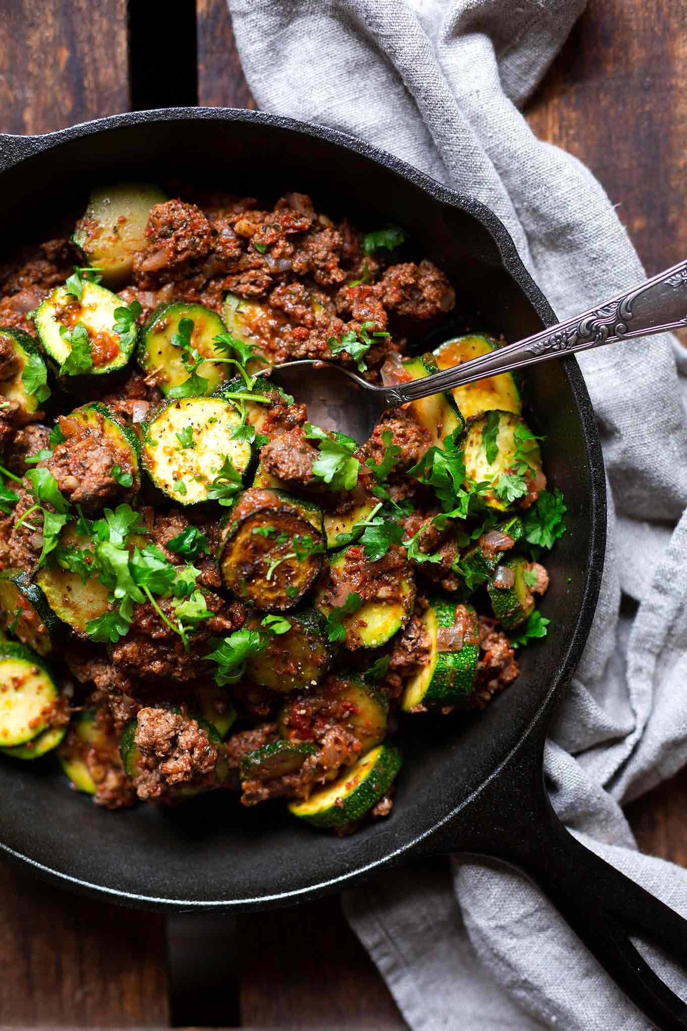 Zucchini-Hackfleisch-Pfanne. Dieses leckere Low Carb Rezept ist schnell zubereitet, ein perfektes Sommerrezept und  Meal Prep geeignet - Kochkarussell Foodblog #zucchini #hackfleisch #low carb #kochkarussell