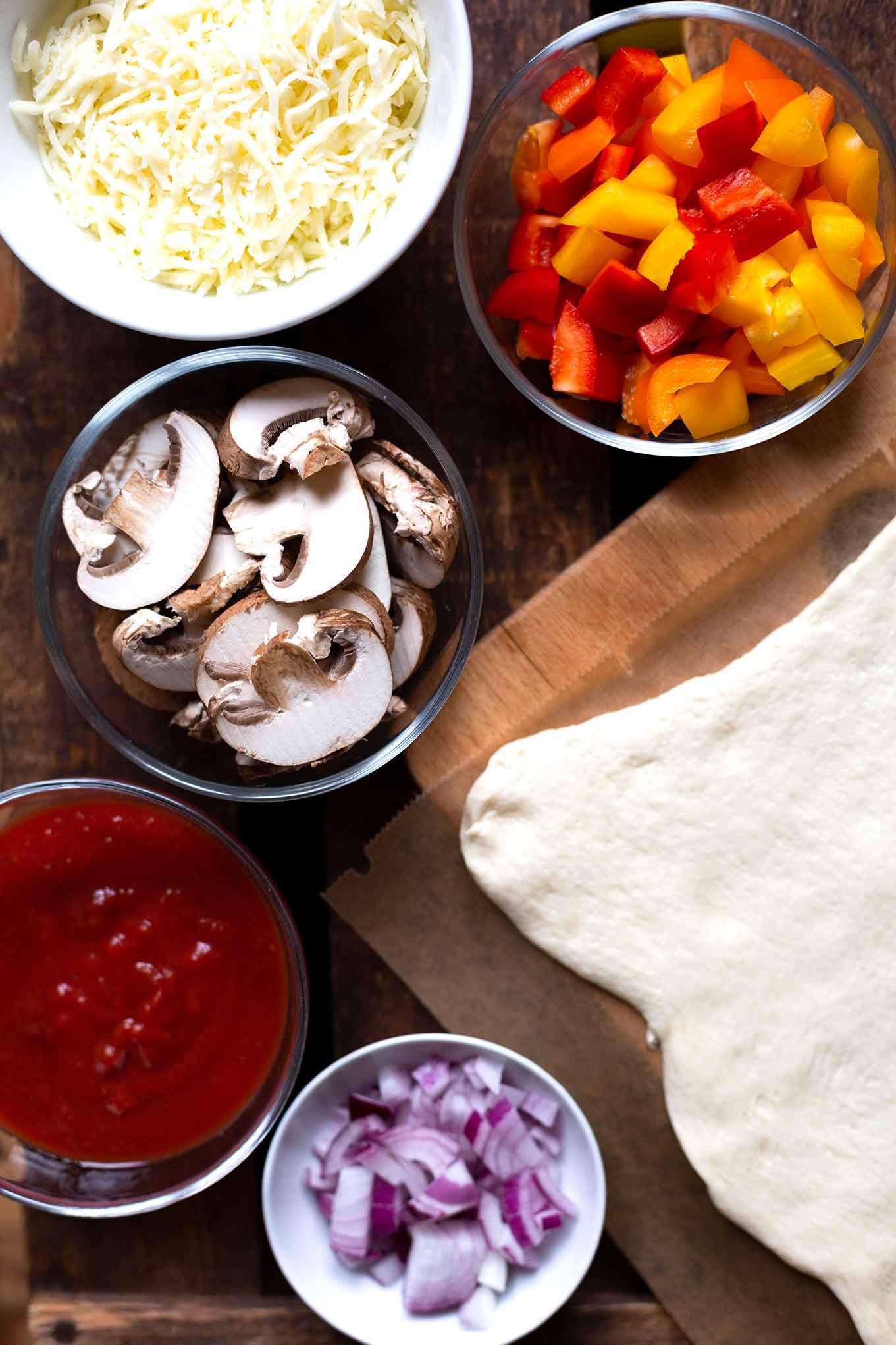 Diese einfache Rezept für schnelle Pizzataschen solltest du unbedingt probieren. Es ist Meal prep-geeignet, vollgepackt mit deinem Lieblings-Pizzabelag und SO lecker! Kochkarussell - Foodblog für schnelle und leckere Feierabendküche #kochkarussell #mealprep #feierabendküche #soulfood #pizzataschen