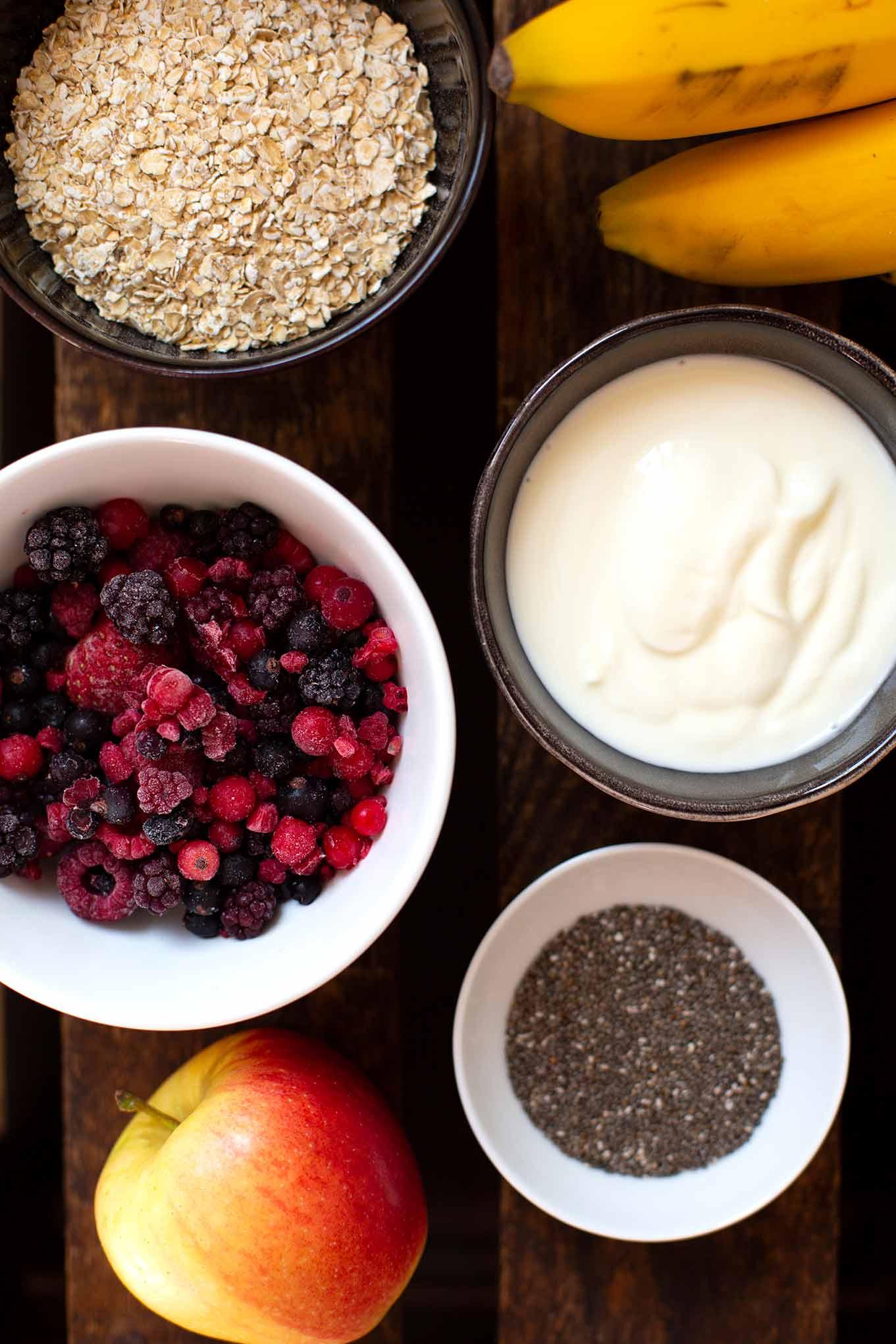 Dieses einfache Bircher Müsli Rezept ist vollgepackt mit Apfel, Banane, Joghurt und Beeren. Bonus: Du brauchst nur einen Mixer und 5 Min Zeit! - Kochkarussell Foodblog #birchermüsli #müsli #kochkarussell
