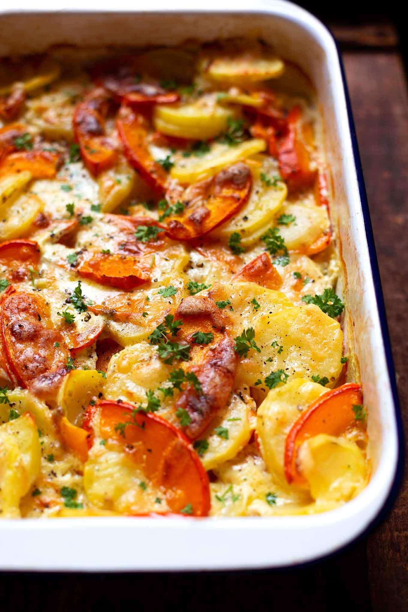 Einfacher Kürbis-Kartoffel-Auflauf. Dieses schnelle Rezept ist vegetarisch und schmeckt garantiert allen! - Kochkarussell Foodblog #kürbis #kürbiskartoffelauflauf #herbstrezept