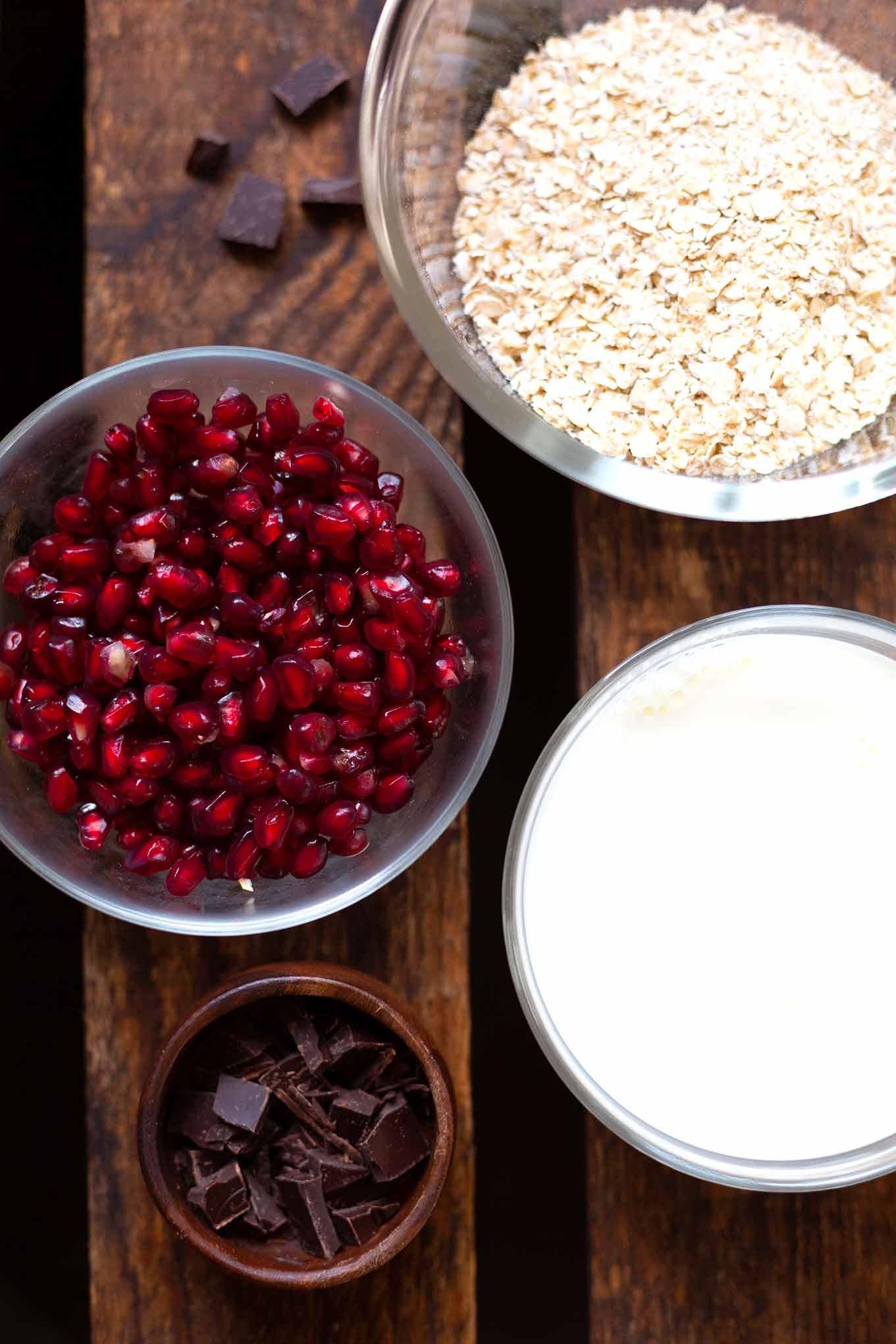 Diese Overnight Oats (ONOs) mit Granatapfel und Schokolade sind super einfach, schokoladig und ein flottes 4-Zutaten Rezept. Abends schon auf das Frühstück freuen. Kochkarussell - dein Foodblog für schnelle und gesunde Rezeptinspiration.