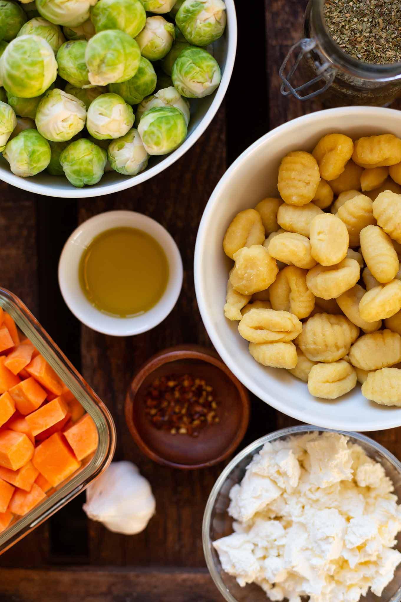 Diese Ein Blech-Gnocchi mit Süßkartoffel, Rosenkohl und Feta sind super schnell vorbereitet: Einfach schnippeln, Zutaten mischen und ab in den Ofen. Ein leckeres Feierabend Rezept, das ihr unbedingt probieren solltet. Kochkarussell - dein Foodblog für schnelle und einfache Feierabend Rezepte. #kochkarussell #feierabendküche #einblechrezept #onepan #soulfood