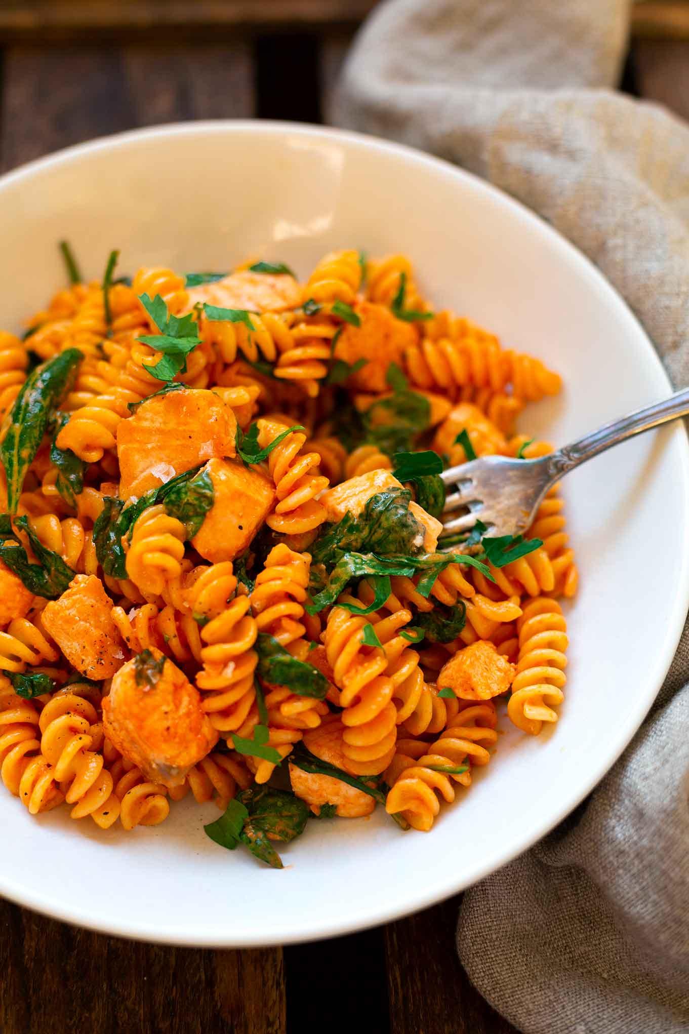 Pasta mit Lachs-Sahne-Sauce und Spinat: Auf der Suche nach einem schnellen, romantischen Rezept für den Valentinstag, das in nur 30 Minuten fix und fertig auf dem Tisch steht? Dieses Pasta Rezept besteht aus nur 7 Zutaten und ist einfach super lecker. Kochkarussell - dein Foodblog für gesundes Soulfood und schnelle Feierabend Rezepte.