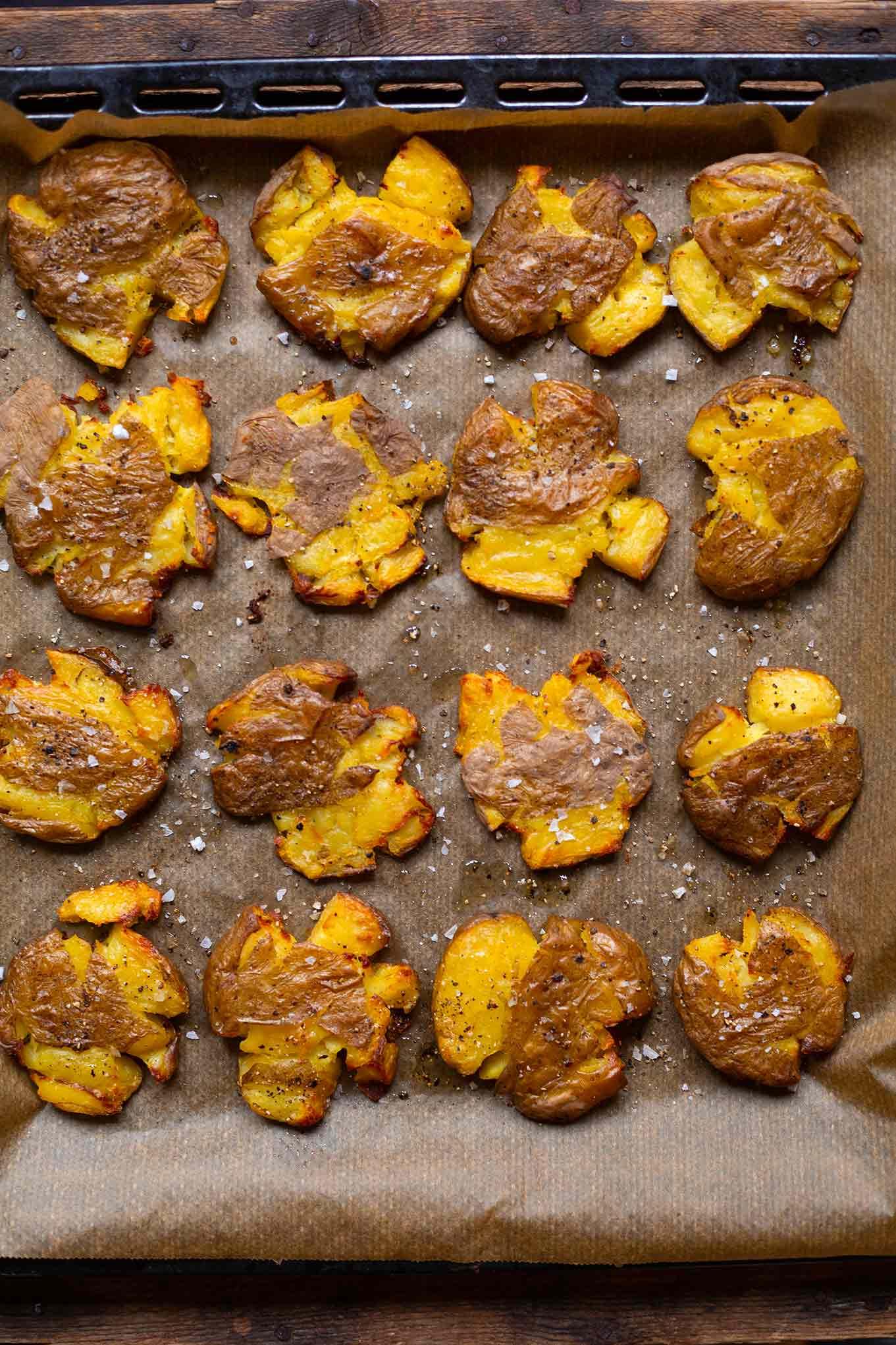 Diese Quetschkartoffeln vom Backblech sind extra knusprig, super lecker und ein perfektes Rezept für den schnellen Feierabend. Ob als Beilage, Hauptgericht mit Dipp oder zum Grillen, an Smashed Potatoes kommt dieses Jahr keiner mehr vorbei. Und wir verraten euch, wie die Kartoffeln, extra gut gelingen. Nur im Kochkarussell - dein Foodblog für schnelle, leichte und einfache Feierabend Rezepte.