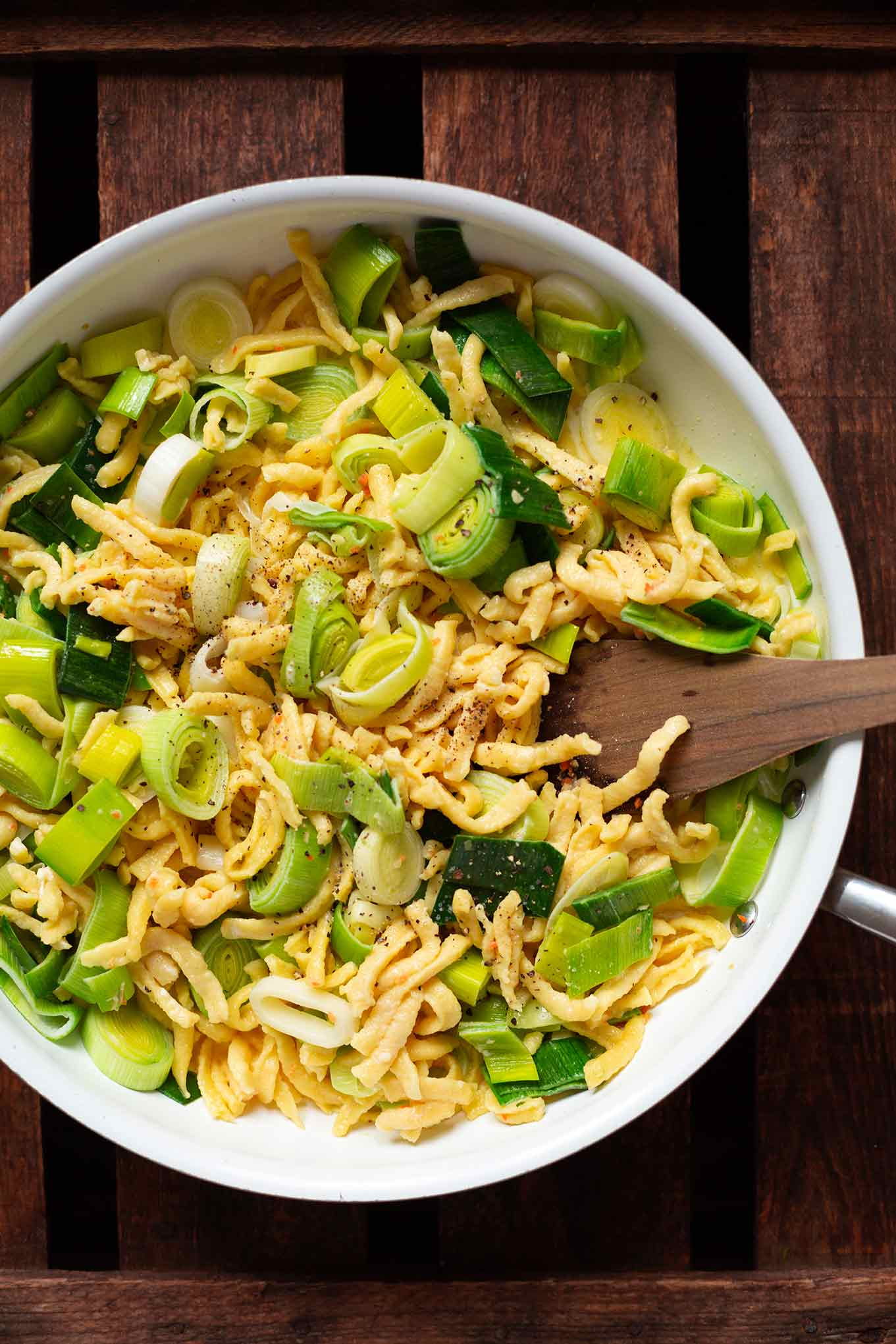 Dieser einfache SpDieser einfache Spätzle-Lauch-Auflauf besteht aus nur 5-Zutaten und ist ganz fix zubereitet. Absolutes Soulfood für euer schnelles Abendessen. Herzhaft, vegetarisch und super lecker. Kochkarussell - dein Foodblog für gesundes Soulfood und schnelle Feierabend Rezepteätzle-Lauch-Auflauf besteht nur aus 5-Zutaten Rezept. Absolutes Soulfood für euer schnelles Abendessen. Herzhaft, vegetarisch und super lecker. Kochkarussell - dein Foodblog für gesundes Soulfood und schneller Feierabend Rezepte