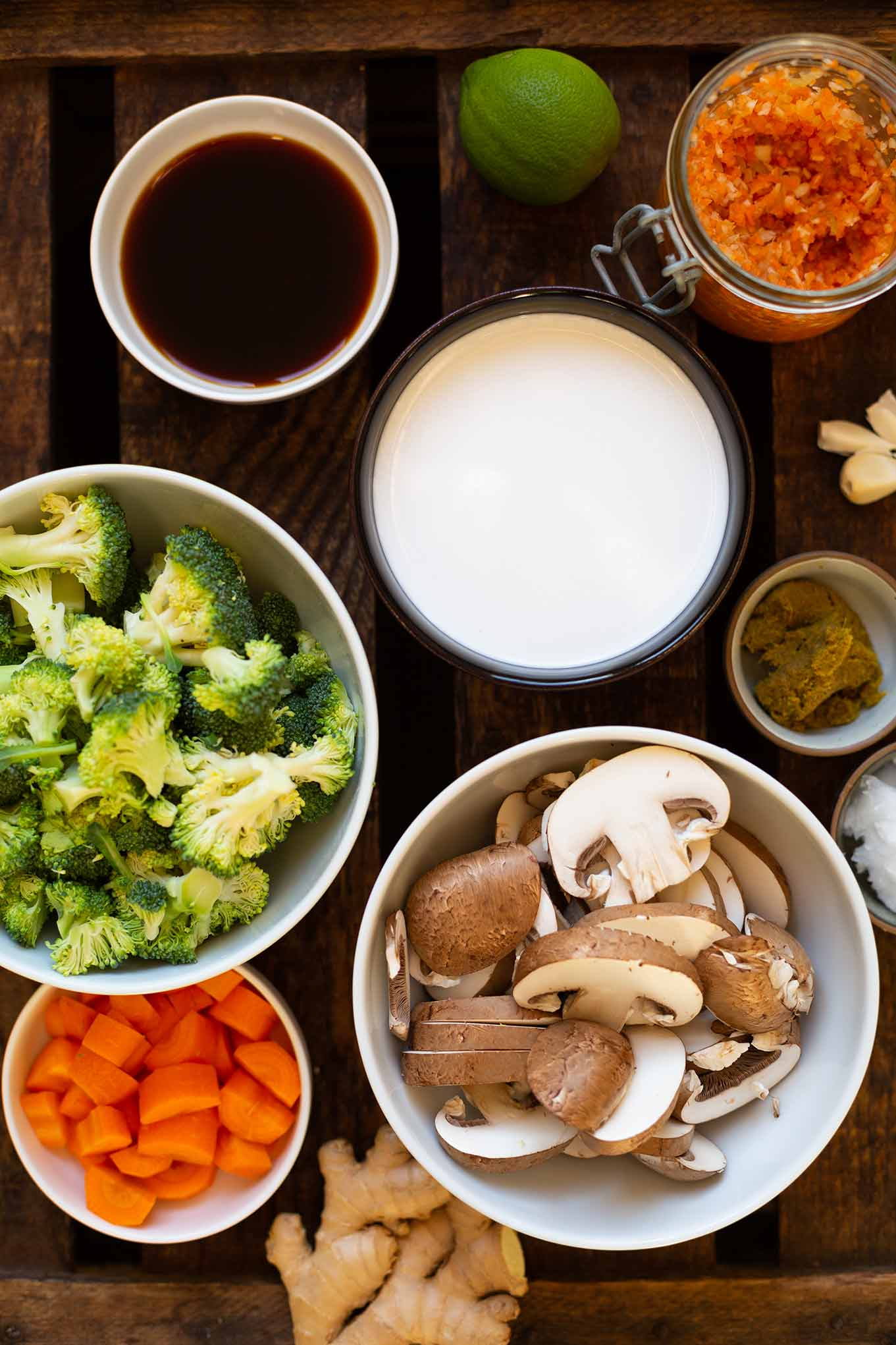 Thai-Kokos-Suppe mit Gemüse ist das perfekte Feierabendrezept. Nur ein Topf und in 30 Minuten fertig. So einfach, das musst du testen! - Kochkarussell Foodblog #thaikokossuppe #thairezept #thaisuppe #kochkarussell