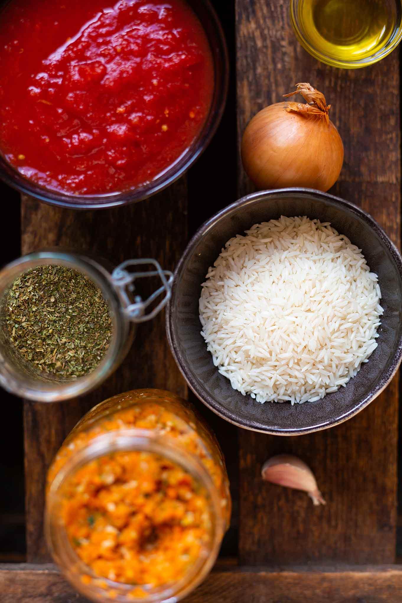 Tomatensuppe mit Reis - steht in nur 20 Minuten auf dem Tisch, ist herzhaft, würzig und vollgepackt mit guten Zutaten aus dem Vorratsschrank. Kochkarussell - dein Foodblog für gesundes Soulfood  #schnelletomatensuppe #kochkarussell #winterrezept #soulfood #schnellundeinfach
