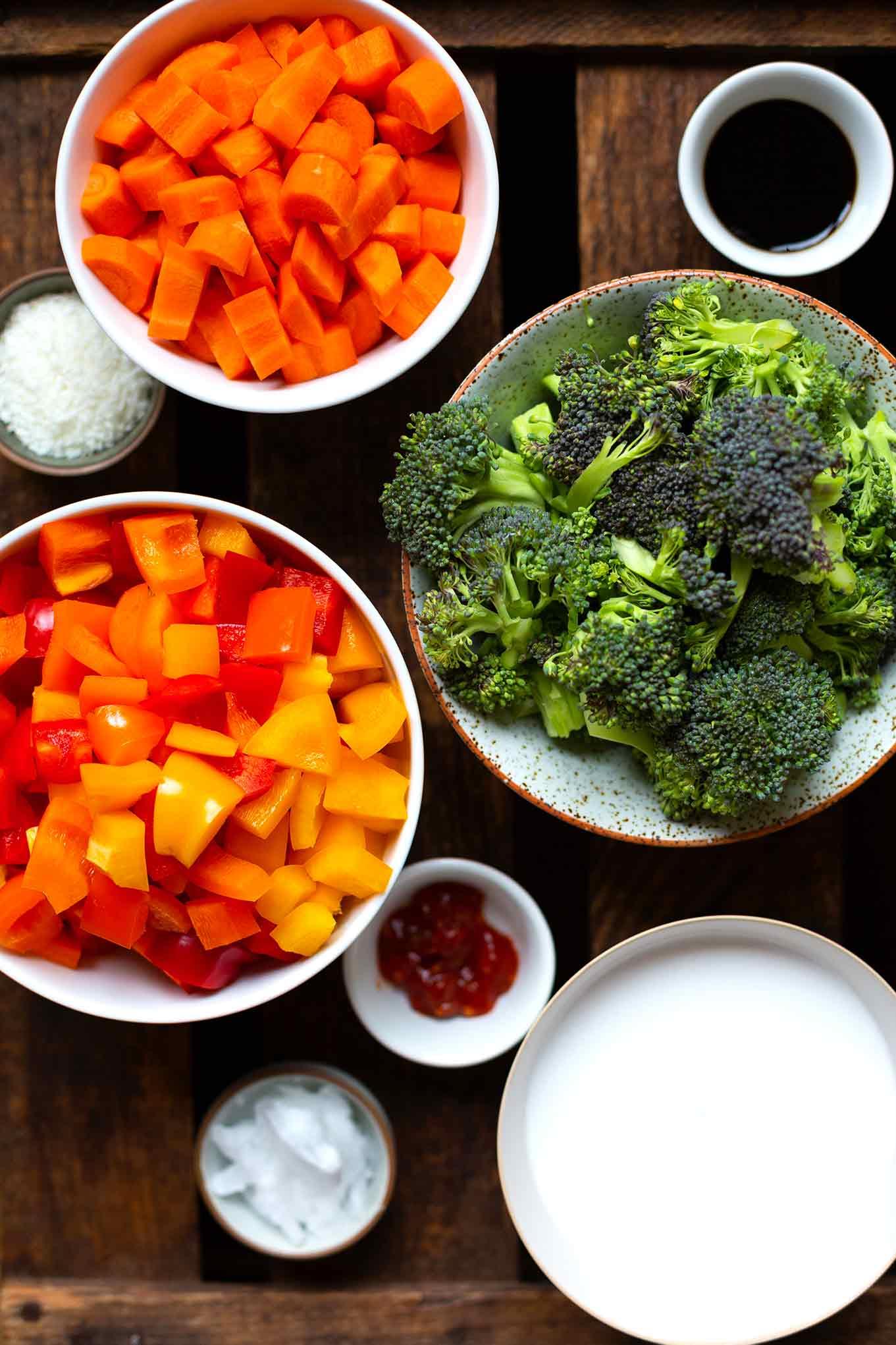 Asiatische Gemüsepfanne mit Kokos: Die Gemüsepfanne ist vegan, schnell zubereitet und einfach super lecker. Ein gesundes Rezept für ein entspanntes Mittagessen oder einen extra schnellen Feierabend. Kochkarussell - dein Foodblog für gesundes Soulfood und schnelle Feierabend Rezepte.