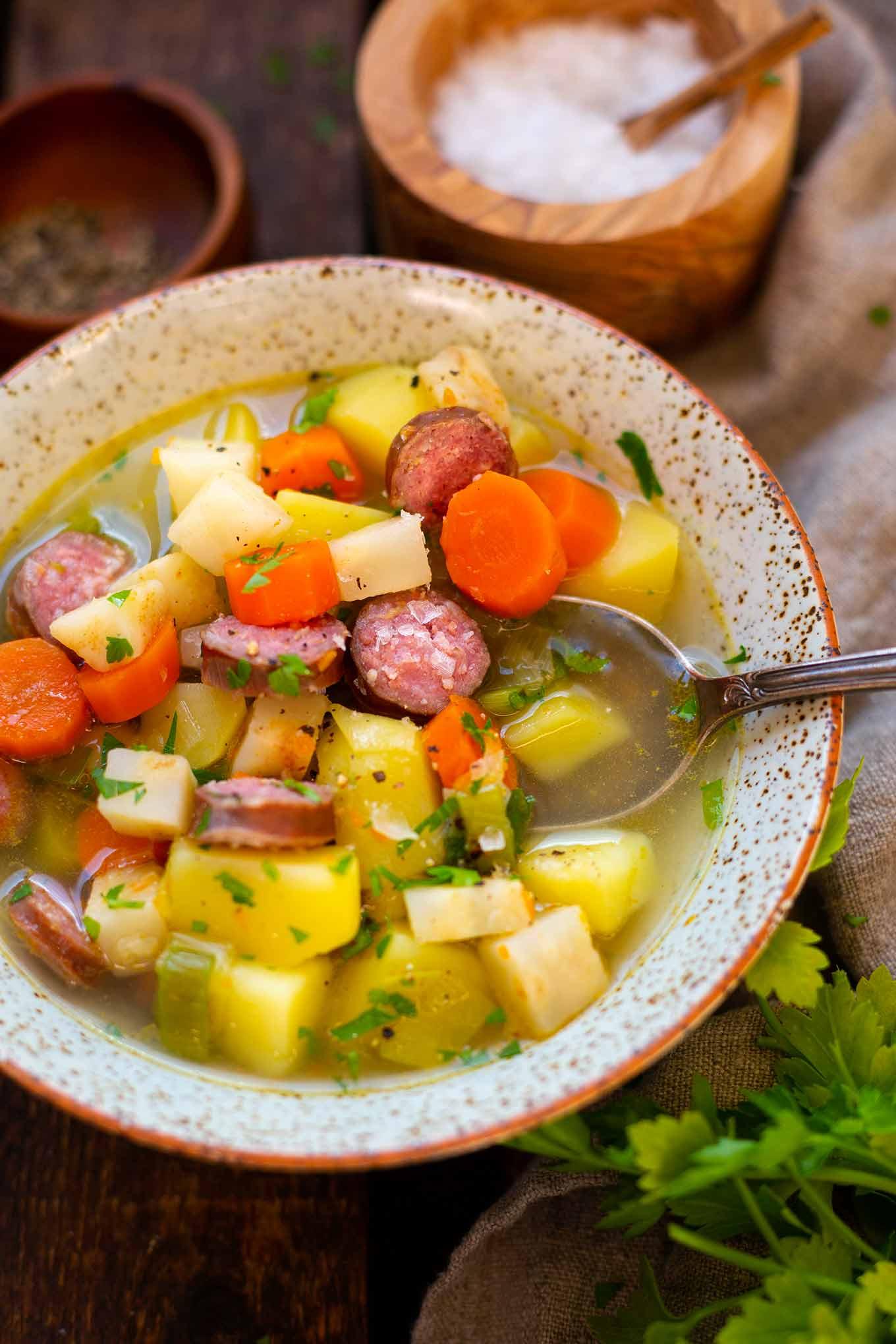 Einfache Kartoffelsuppe mit Mettenden: Gesundes Soulfood für kalte Tage gesucht? Diese einfache Kartoffelsuppe mit Würstchen ist in nur 20 Minuten vorbereitet, herzhaft und super lecker! Kochkarussell - dein Foodblog für gesundes Soulfood und einfache Feierabend Rezepte.
