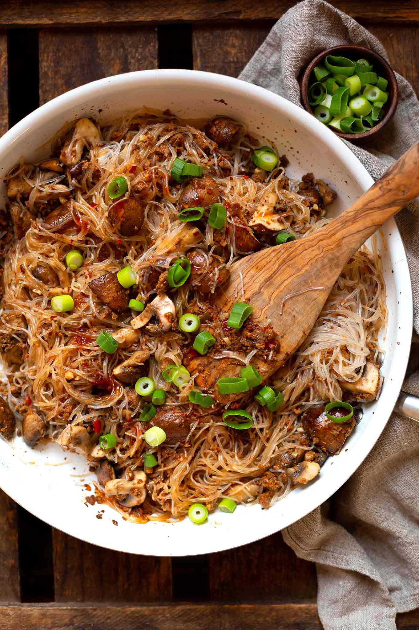 OMG - diese Asiatische Glasnudel-Hackfleisch-Pfanne müsst ihr sofort nach kochen!  Schnell, einfach und super lecker - und dazu noch vegetarisch. Denn wir verraten euch unser liebstes Veggie-Hack und wie ihr in unter 30 Minuten ein super leckeres Abendessen auf den Tisch zaubert.  Voll mit Champignons, Glasnudeln, Sojasauce & Sriracha Sauce.  Herzhaft, sättigend und definitiv mit Lieblingsrezept Potential.     Kochkarussell - dein Foodblog für schnelle und einfache Feierabendküche!