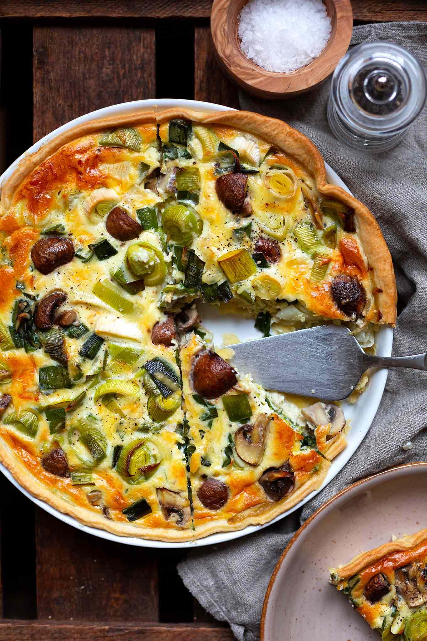 Einfache Lauch-Champignon-Quiche. Dieses schnelle vegetarische 6-Zutaten Rezept ist SO gut. Kochkarussell  - dein Foodblog für schnelle und einfache Feierabendküche