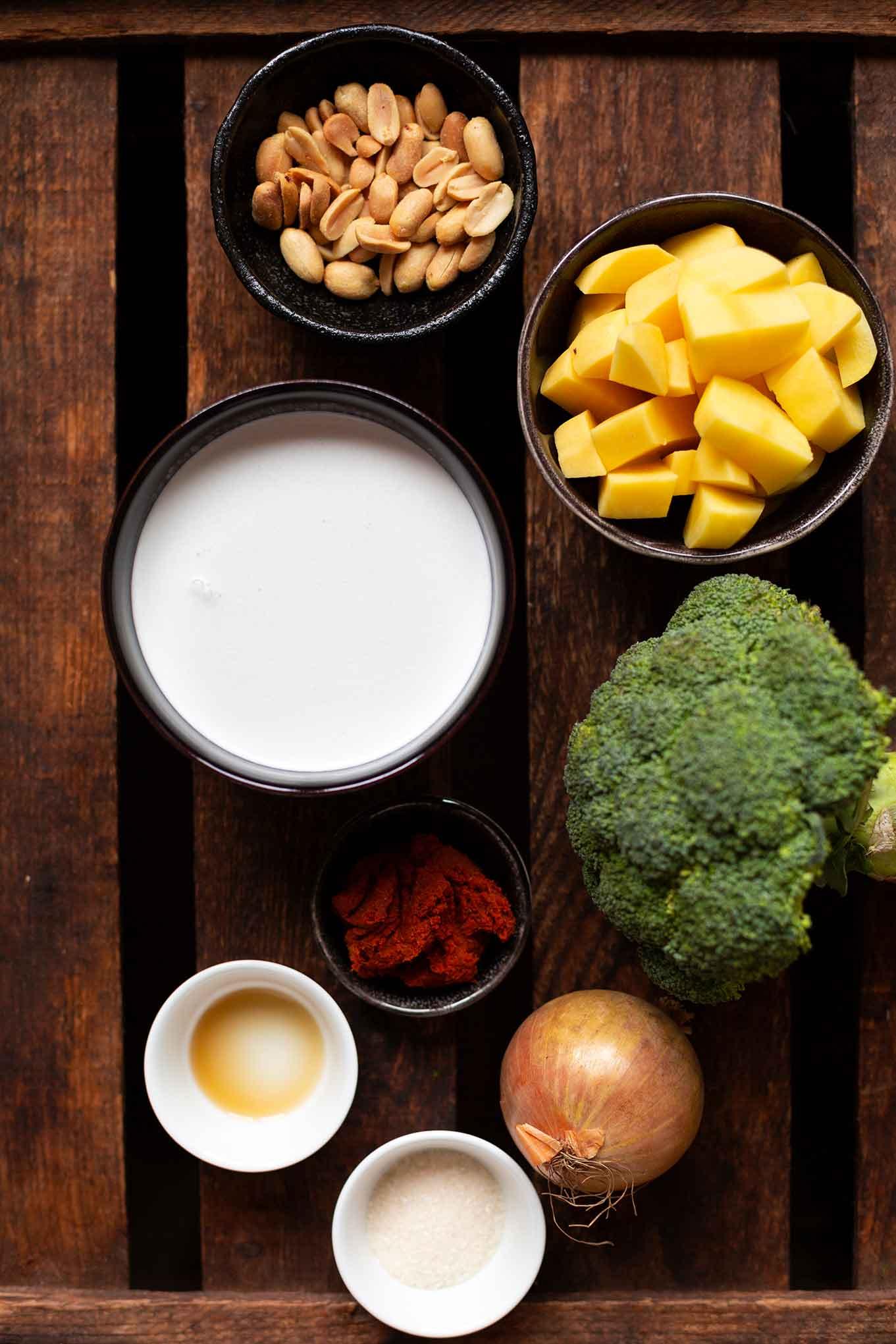Unser schnelles und einfaches Massaman-Curry steht in 30 Minuten auf dem Tisch, ist Meal Prep-geeignet und super lecker. Das Rezept mit nur wenig Zutaten und vollem thailändischen Geschmack, gibt es nur jetzt ganz neu im Kochkarussell! Dein Foodblog für schnelle und einfache Feierabend Rezepte.