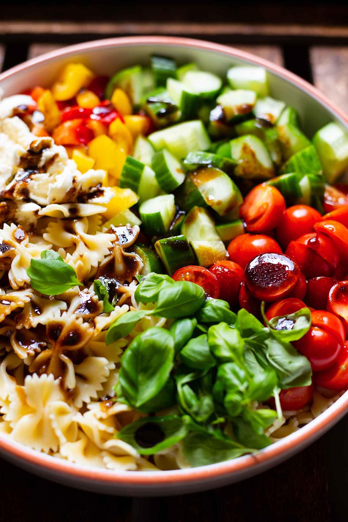 BunteR Nudelsalat mit Balsamico-Dressing. Unser liebstes Nudelsalat Rezept ist Meal Prep-geeignet, die perfekte Grillbeilage oder für ein Picknick. Dazu ist er in 30 Minuten vorbereitet, schnell, einfach und super lecker. Kochkarussell - dein Foodblog für schnelle und einfache Feierabend Rezepte.