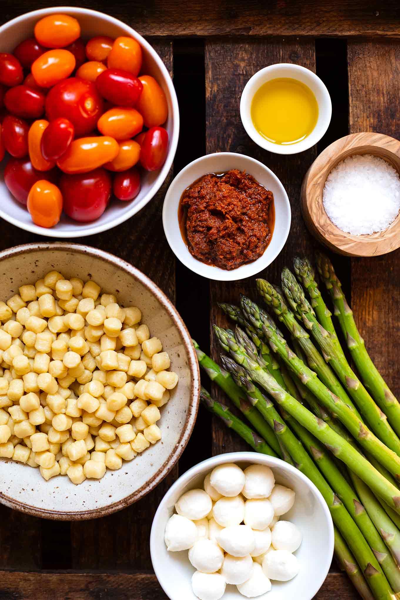 Diese Ein Blech-Gnocchi mit grünem Spargel, Tomaten und Pesto sind in nur 10 Minuten vorbereitet. Ein schnelles, leichtes und leckeres Frühlingsrezept. Kochkarussell -dein Foodblog für schnelle und einfache Feierabendküche.