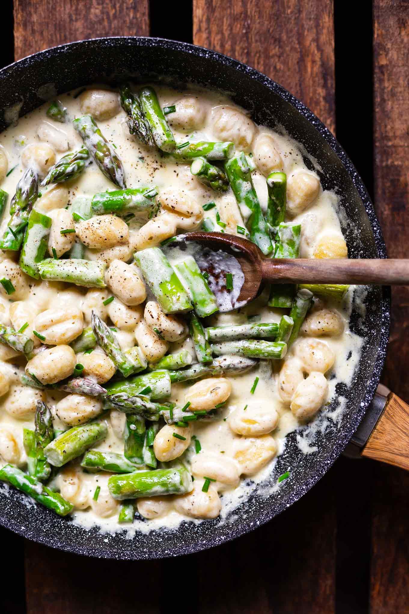 Vegetarische Gnocchi-Pfanne mit grünem Spargel. Dieses Spargelrezept ist super einfach & in 20 Min auf dem Tisch. Das perfekte 5-Zutaten Feierabendrezept! Cremig, würzig und super lecker. Kochkarussell - dein Foodblog für schnelle und einfacher Feierabend Rezepte.