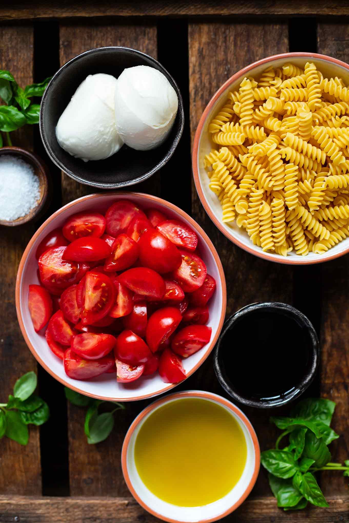 Einfacher Tomaten-Mozzarella-Nudelsalat. Dieser Nudelsalat ist in nur 20 Minuten vorbereitet, cremig lecker und perfekt zum Grillen oder für nächste Picknick. Der Nudelsalat ist leicht, super lecker und Meal Prep geeignet. Kochkarussell - dein Foodblog für schnelle und einfache Feierabendküche.