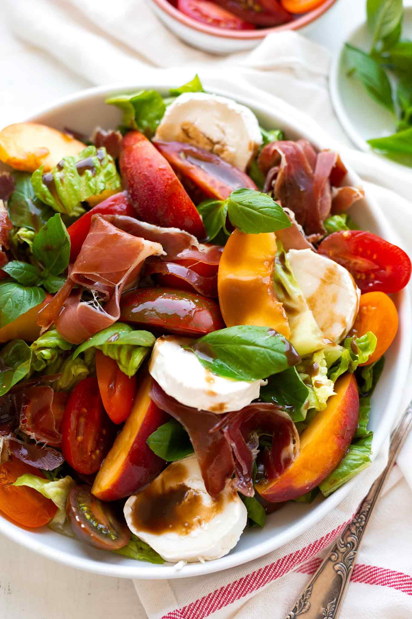 Rezept: Sommerlicher Nektarinen-Ziegenkäse-Salat mit bunten Tomaten