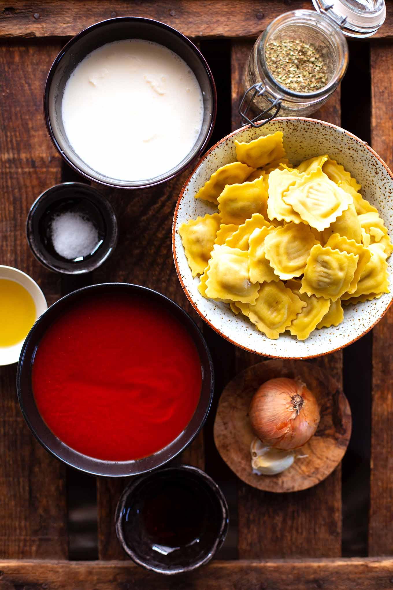 Einfache Ravioli mit Tomatensauce. Bock auf einfache Ravioli mit Tomatensauce ganz ohne Dose? Dann ist dieses schnelle & leckere Rezept genau das Richtige! Hier geht's zum Klassiker! Kochkarussell - dein Foodblog für schnelle und einfache Feierabendküche.